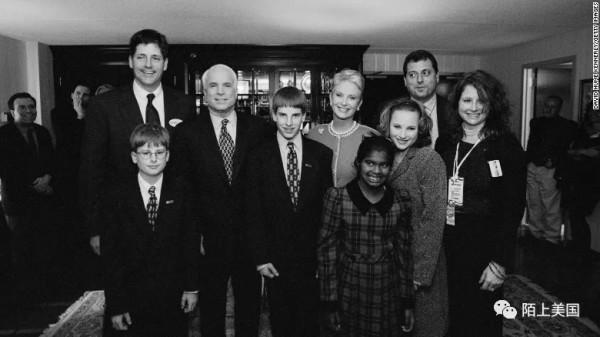 家庭合影 麦凯恩跟妻子辛迪以及两次婚姻的7个孩子