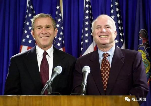 小布什(左)和麦凯恩(右)