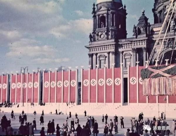 希特勒时期,教堂围墙悬挂着纳粹党徽