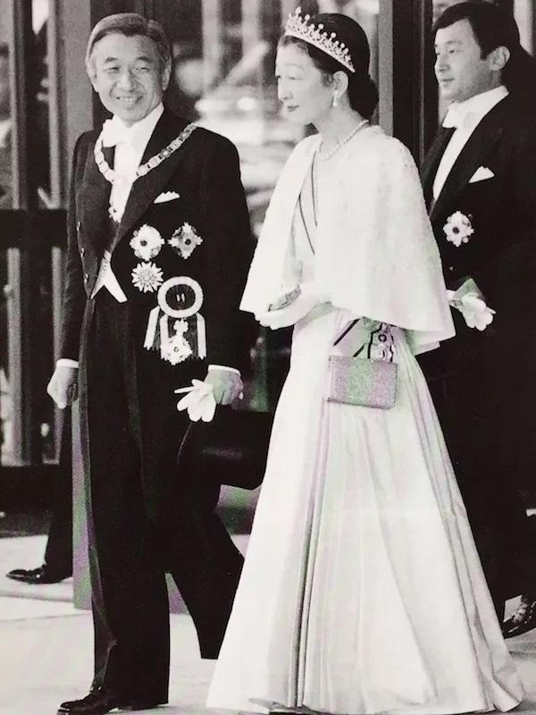 平成天皇皇后正装出席即位礼