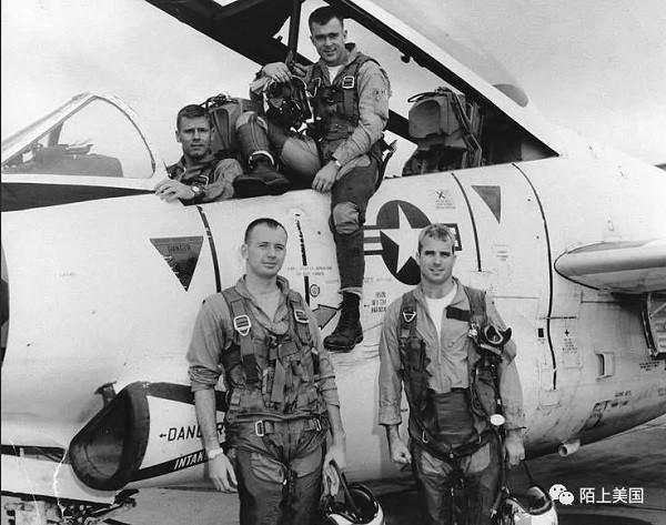 海军飞行员麦凯恩(右一)1965年