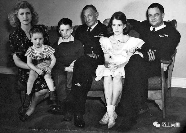童年的麦凯恩(左三)和祖父、父母及姐弟