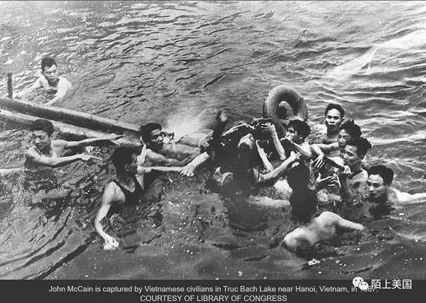 越战中麦凯恩被越南军人俘获瞬间 1967年