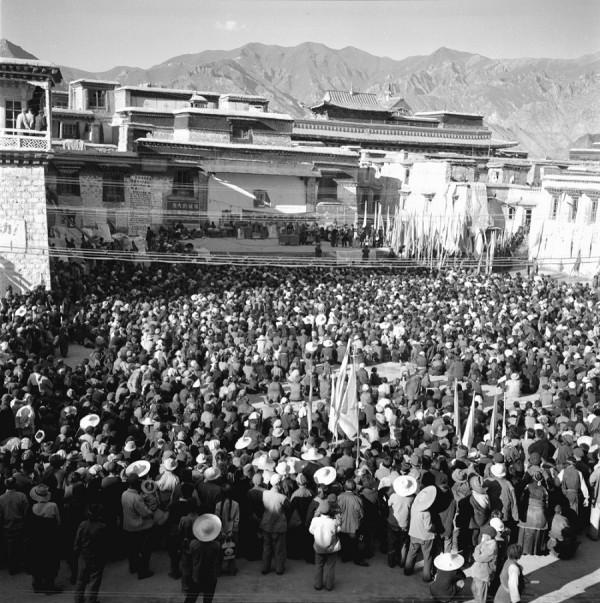 1966年8月,在拉萨大昭寺讲经场