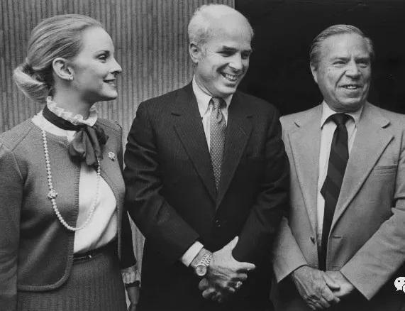 1982年 麦凯恩(中)竞选亚利桑那州众议员获胜
