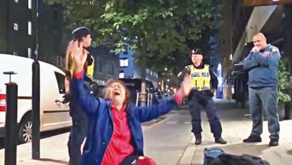 网传中国曾姓游客母亲坐地哭喊视频照片